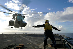 Aviation Boatswain's Mate directs a CH-53E Super Stallion onの写真素材 [FYI02693681]