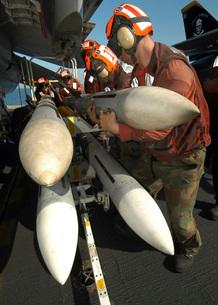 Aviation Ordnancemen load AIM-7 Sparrow air-to-air missilesの写真素材 [FYI02693706]