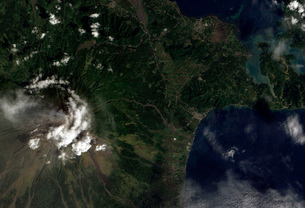Satellite view of Mayon Volcano emitting a thin volcanic pluの写真素材 [FYI02693739]