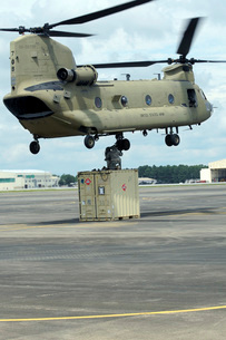Soldiers attach a container to a CH-47F Chinook slingload hoの写真素材 [FYI02693742]