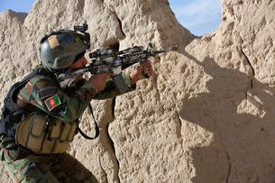An Afghan Commando keeps watch for insurgents during a securの写真素材 [FYI02693744]