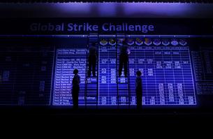 Airmen post the scores during Global Strike Challenge Scoreの写真素材 [FYI02693746]