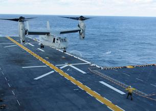 An MV-22 Osprey lands aboard the amphibious assault ship USSの写真素材 [FYI02693759]