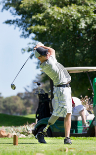 Male Golfer With Artificial Leg Teeing Off On Golf Courseの写真素材 [FYI02693761]