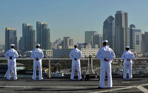 Sailors man the rails aboard the hospital ship USNS Mercy.の写真素材 [FYI02693773]