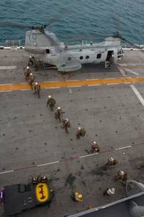 Marines embark a CH-46E Sea Stallion helicopter aboard USS Mの写真素材 [FYI02693789]