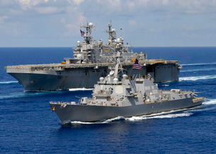 Amphibious assault ship USS Nassau and guided missile destroの写真素材 [FYI02693804]