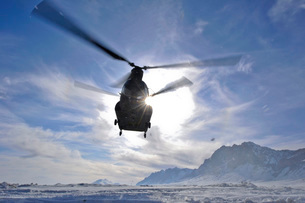 A CH-47 Chinook helicopter takes off from a remote landing zの写真素材 [FYI02693818]
