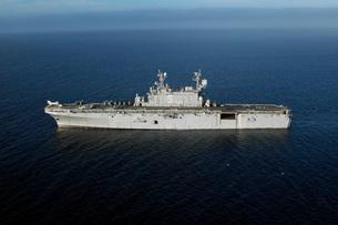 Amphibious Assault Ship USS Peleliu transits the Pacific Oceの写真素材 [FYI02693856]
