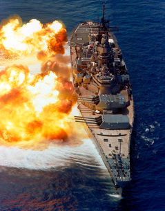Battleship USS Iowa firing its Mark 7 16-inch/50-caliber gunの写真素材 [FYI02693858]