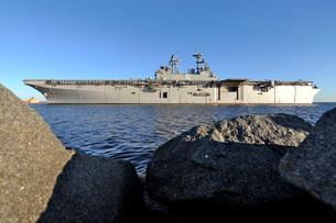 USS Bataan arrives at Naval Station Mayport, Florida.の写真素材 [FYI02693867]