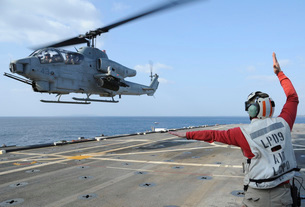 An AH-1W Cobra helicopter takes off from USS Denver.の写真素材 [FYI02693869]