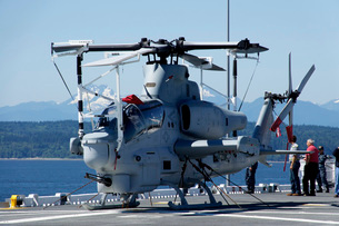 An AH-1W Cobra is chained to the flight deck of USS Bonhomme Richard.の写真素材 [FYI02693886]