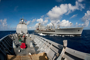 USS Cowpens transits alongside USNS Tippecanoe.の写真素材 [FYI02693887]