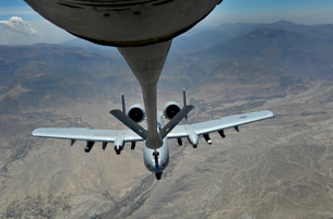 A U.S. Air Force A-10 Thunderbolt is refueled over Afghanistan.の写真素材 [FYI02693908]