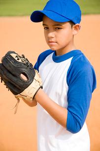 Boy preparing to throw baseballの写真素材 [FYI02693920]
