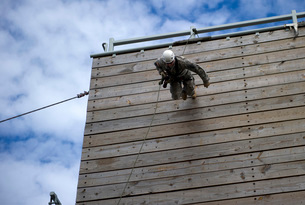 A U.S. Soldier runs down a 40-foot rappelling wall.の写真素材 [FYI02693923]