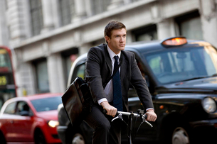 A businessman commuting to workの写真素材 [FYI02693941]