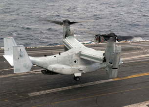 A V-22 Osprey lands aboard the aircraft carrier USS Harry S.の写真素材 [FYI02693959]