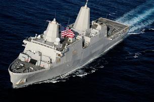 Amphibious transport dock ship USS San Antonio transiting thの写真素材 [FYI02693970]