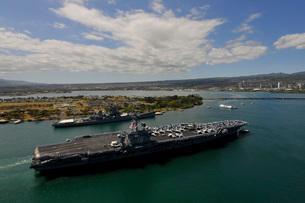 USS Carl Vinson passes the USS Missouri Memorial in Pearl Haの写真素材 [FYI02693971]