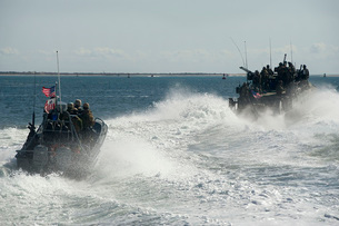 Riverine Command Boats and security boats practice maneuversの写真素材 [FYI02693996]