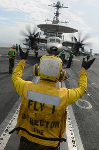 Aviation Boatswain's Mate directs an E-2C Hawkeye aboard USSの写真素材 [FYI02693997]