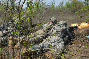 Soldiers fire the M240B machine gun on their objective.の写真素材 [FYI02694002]