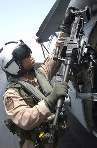 Aviation Warfare Systems Operator safety checks a .50-calibeの写真素材 [FYI02694015]