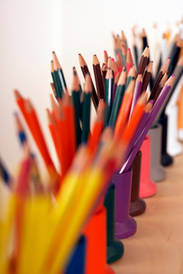Row of multi-coloured colouring pencils in pots, close-up (still life, differential focus)の写真素材 [FYI02694046]