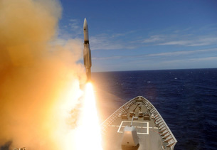 The guided-missile cruiser USS Lake Erie fires a Standard Miの写真素材 [FYI02694093]
