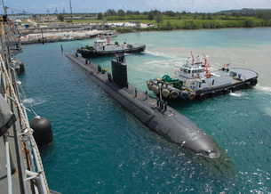Tugboats assist the Los Angeles-class attack submarine USS Tの写真素材 [FYI02694119]