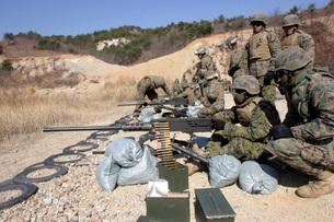 A field wireman fires an M2 .50 caliber heavy machine gun.の写真素材 [FYI02694154]