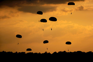 U.S. Army Soldiers parachute through the sky.の写真素材 [FYI02694169]