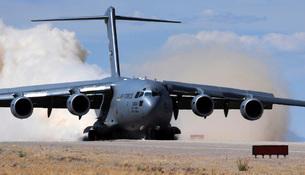 A C-17 Globemaster lands on the runway.の写真素材 [FYI02694171]