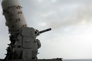 A close-in weapons system is fired aboard USS Makin Island.の写真素材 [FYI02694175]
