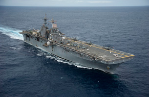 The amphibious assault ship USS Essex transits the Pacific Oの写真素材 [FYI02694180]