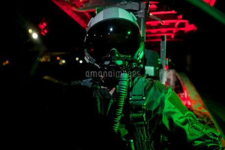 A U.S. Air Force pilot sits inside the cockpit of a F-15C Eaの写真素材 [FYI02694198]