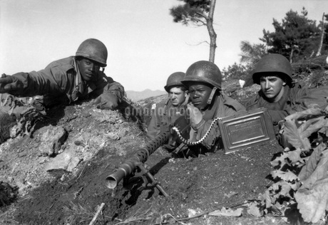 A machine gun crew in firing position during the Korean War.の写真素材 [FYI02694264]
