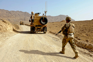 U.S. Army soldier moves to his MRAP vehicle in Afghanistan.の写真素材 [FYI02694265]