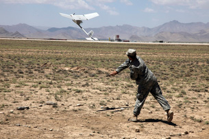 U.S. Army soldier launches an RQ-11 Raven unmanned aerial veの写真素材 [FYI02694295]