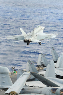 An F/A-18E Super Hornet launches from the aircraft carrier Uの写真素材 [FYI02694300]