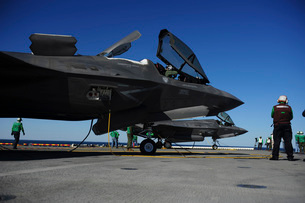 F-35B Lightning II variants are secured on the flight deck of USS Wasp.の写真素材 [FYI02694306]
