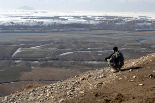 U.S. Army Soldier looks out over the village of Dingak, Afghの写真素材 [FYI02694356]