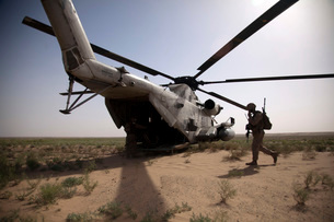 U.S. Marines board a CH-53D Sea Stallion helicopter in Afghanistan.の写真素材 [FYI02694384]