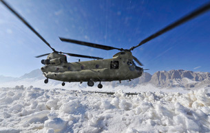Snow flies up as a U.S. Army CH-47 Chinook helicopter preparの写真素材 [FYI02694444]