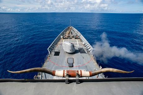 USS Cowpens fires its Mk 45 Mod 2 gun.の写真素材 [FYI02694456]