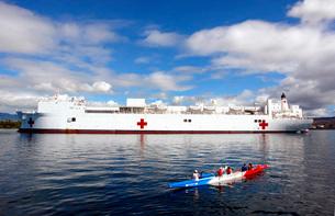 The Honolulu Pearl Canoe Club escorts the Military Sealift Cの写真素材 [FYI02694464]