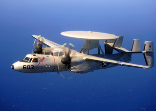 An E-2C Hawkeye flying over the Pacific Ocean.の写真素材 [FYI02694533]