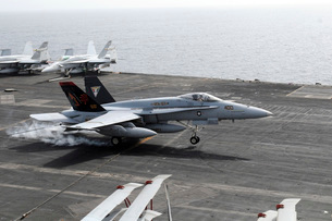 An F/A-18A+ Hornet lands aboard the aircraft carrier USS George H.W. Bush.の写真素材 [FYI02694573]